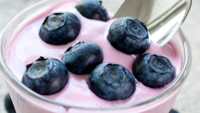 Blueberry yogurt with fresh blueberries