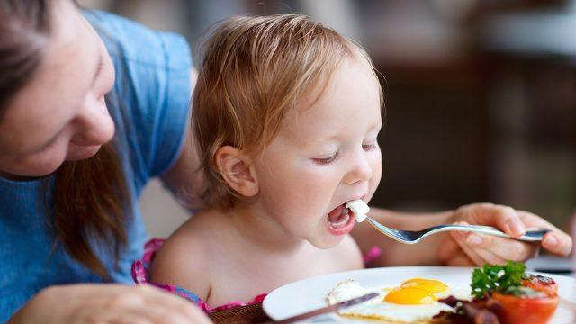 Mom child help family eat healthier.jpg