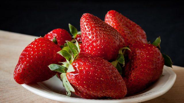 Strawberries fruit veggies youre eating wrong.jpg