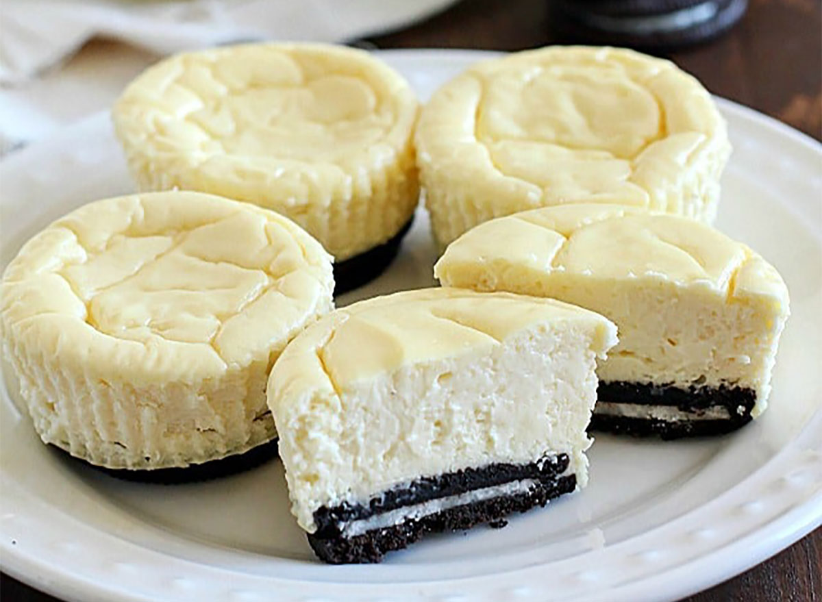 mini vanilla cheesecakes with oreo crust
