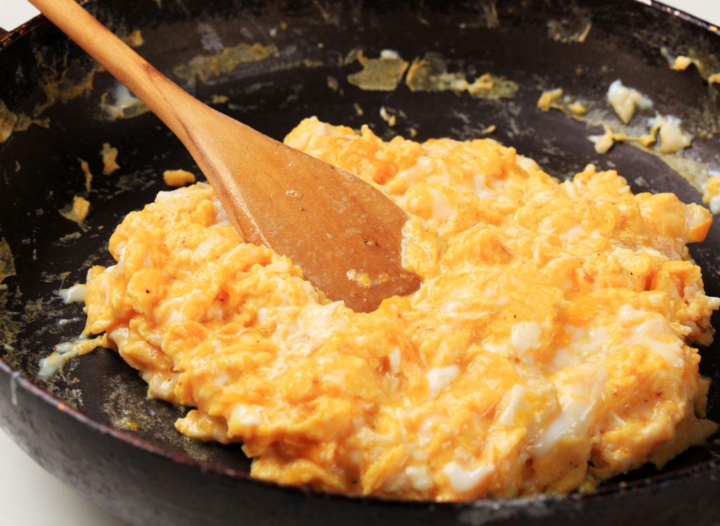Scrambled eggs in pan