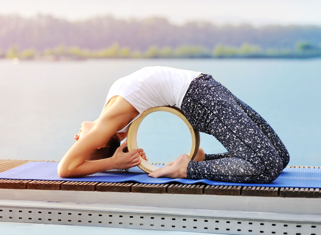 woman doing wheel in yoga