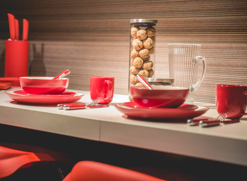 Red plates and mugs