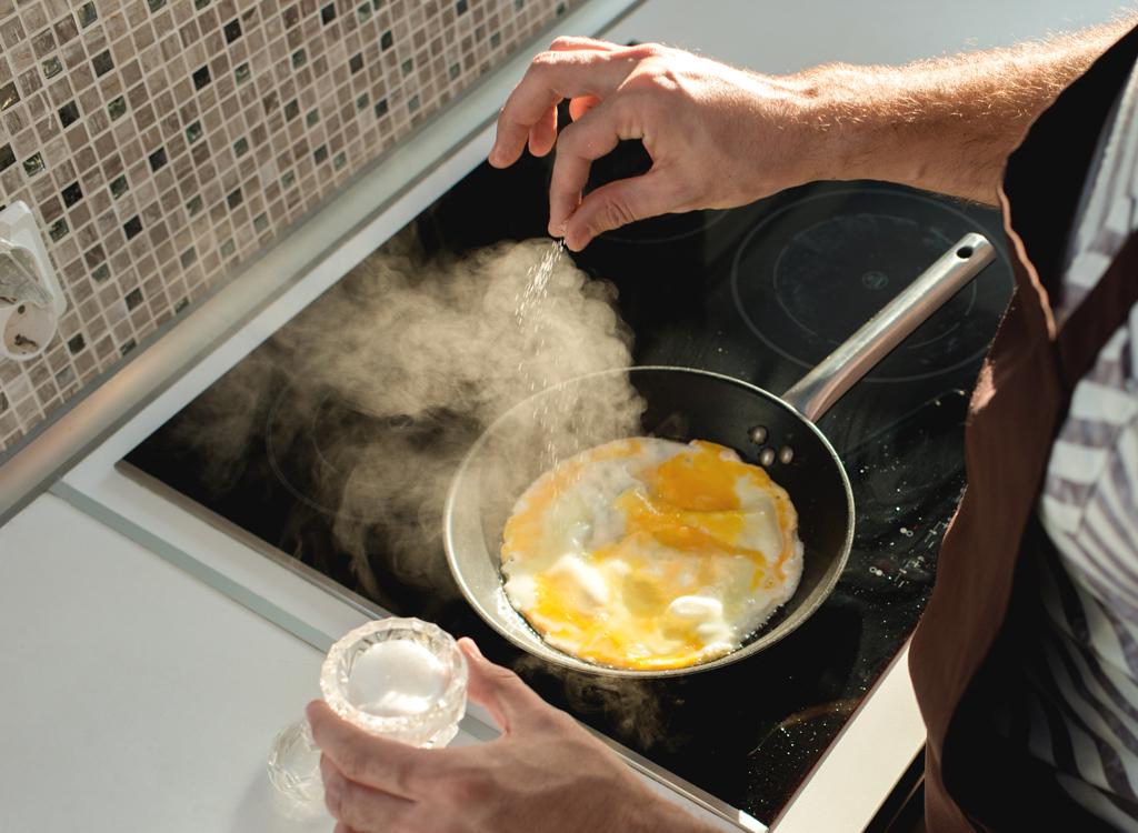 Pinch salt frying eggs