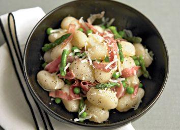Healthy gnocchi with peas and prosciutto