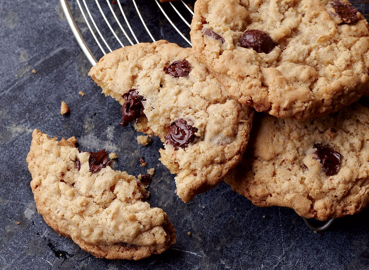 Healthy oatmeal–chocolate chip cookies