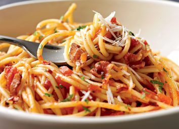 Healthy spaghetti with spicy tomato sauce