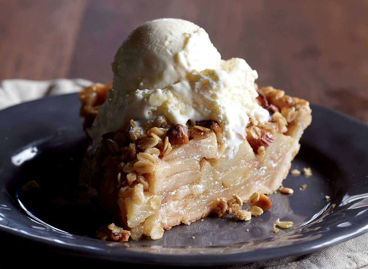 Low-calorie apple pie with crunch topping