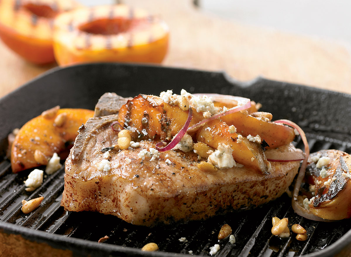 Low-calorie grilled pork & peaches