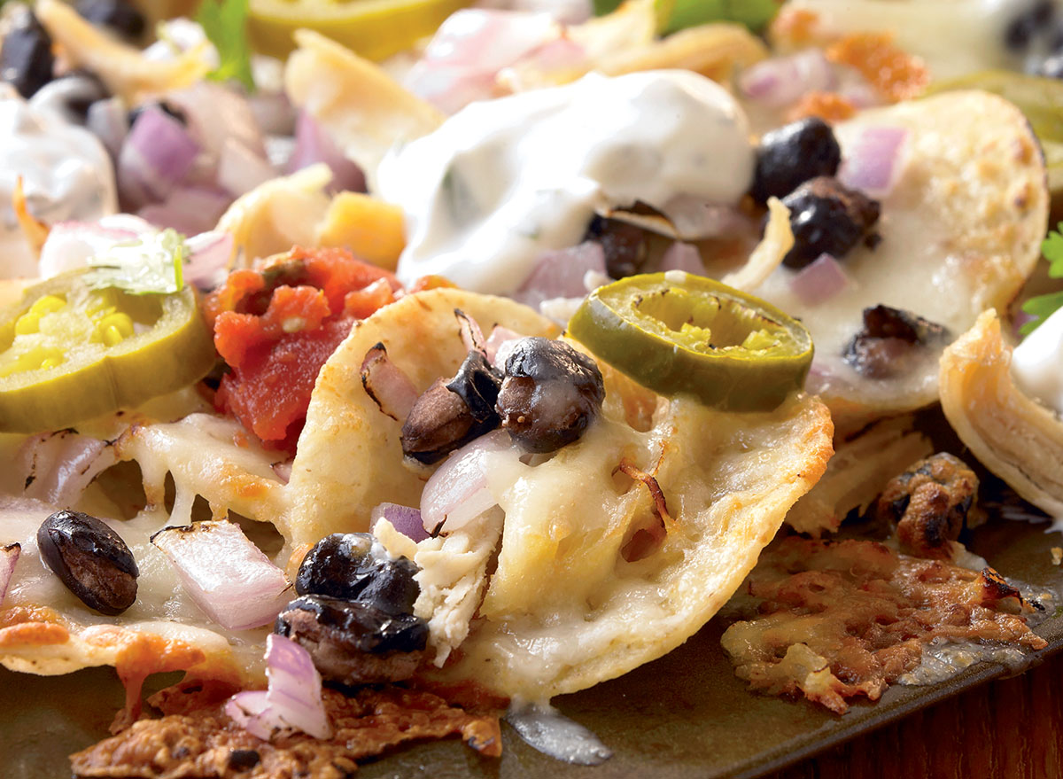Low-calorie nachos with chicken and black beans