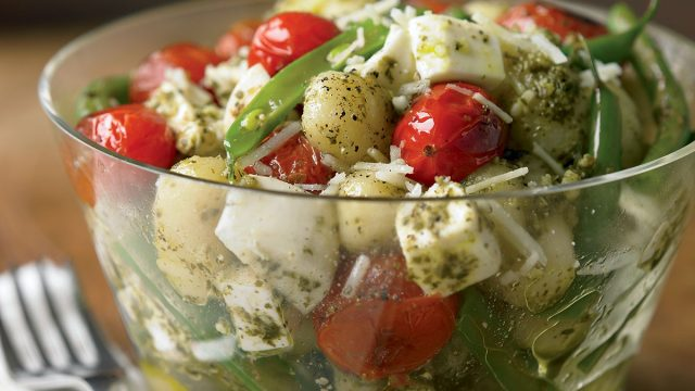 Vegetarian pesto gnocchi with green beans and tomatoes