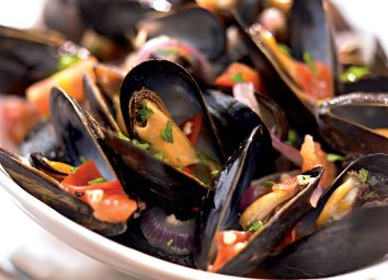 healthy mussels with garlic and white wine