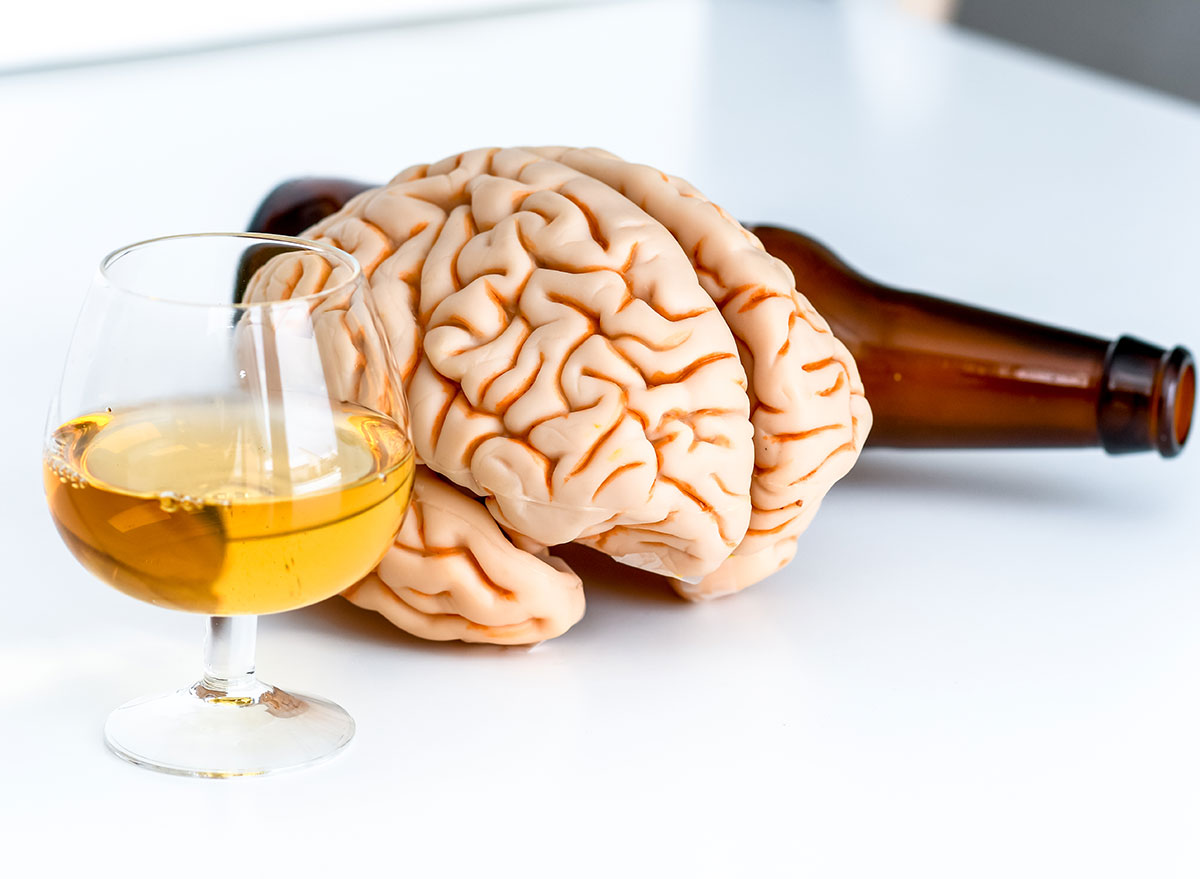 brain with beer and liquor - how does alcohol affect the brain