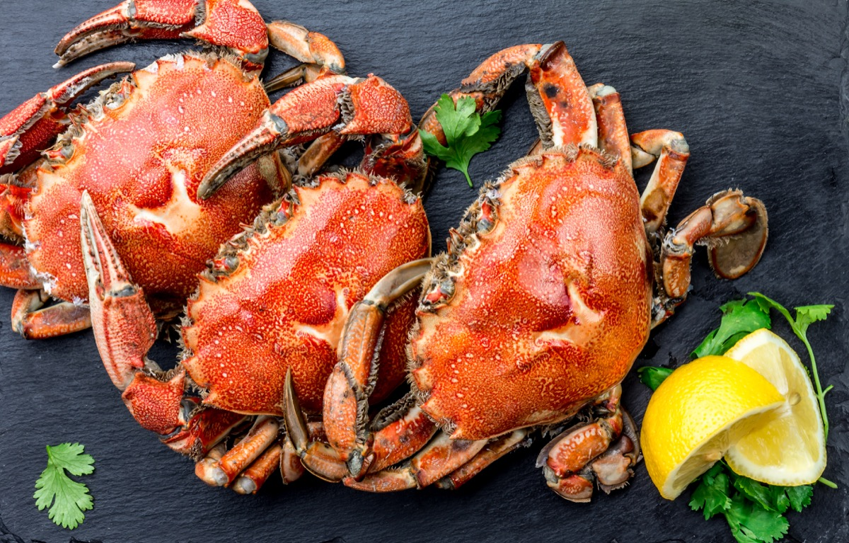 cooked crabs with lemon wedges