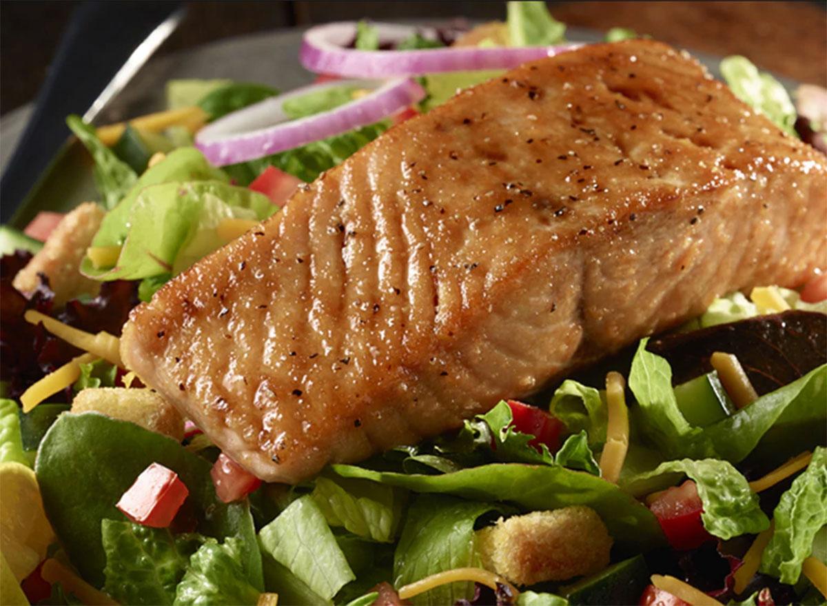 longhorn-steakhouse-salmon-salad