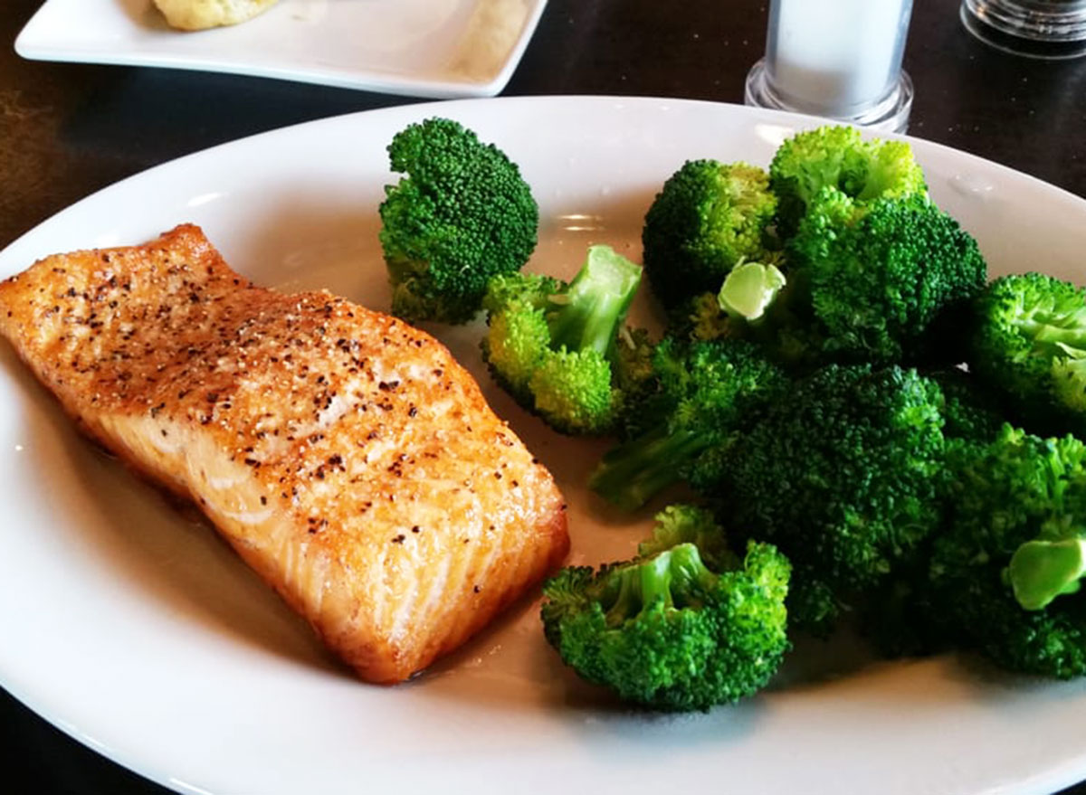 ruby tuesdays grilled salmon and broccoli