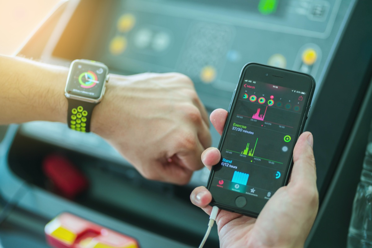 an Comparing Activity App and check on Apple Watch and iPhone before running working out