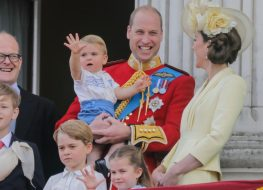 prince george prince louis prince william princess charlotte and kate middleton stand on a balcony