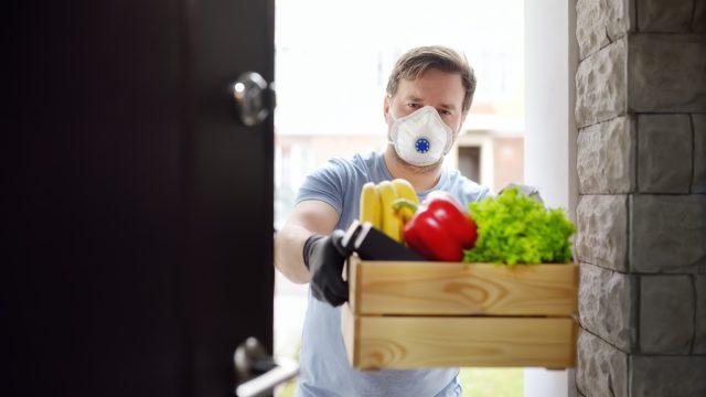 Volunteer delivery food home face mask