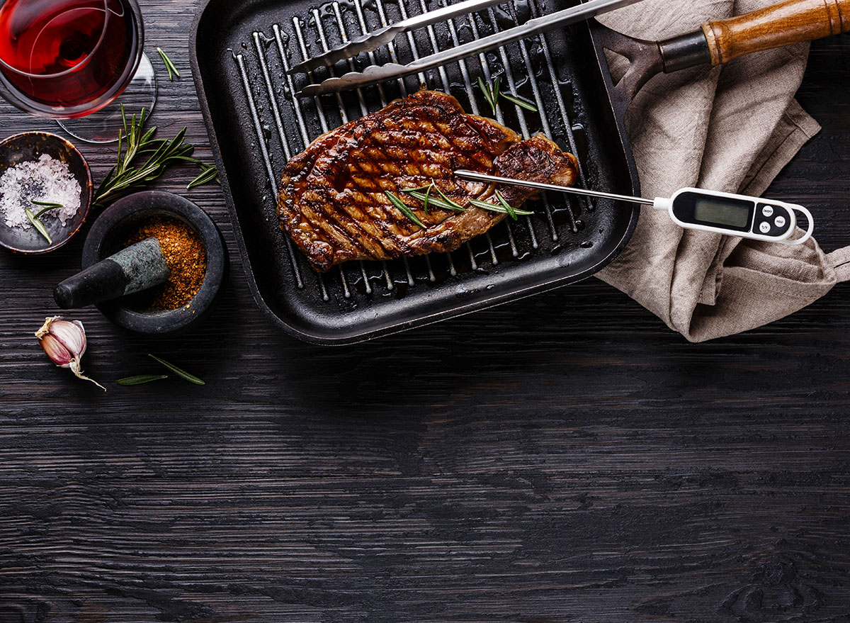 Measuring steaks temperature with thermometer