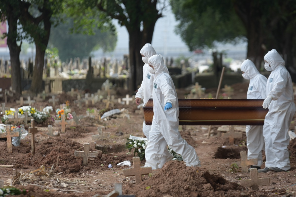 funeral of victim of the covid-19, new coronavirus, in the cashew cemetery in rio de janeiro with the gravediggers wearing clothes against contamination