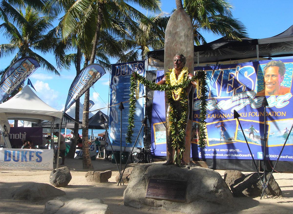 dukes statue in waikiki hawaii