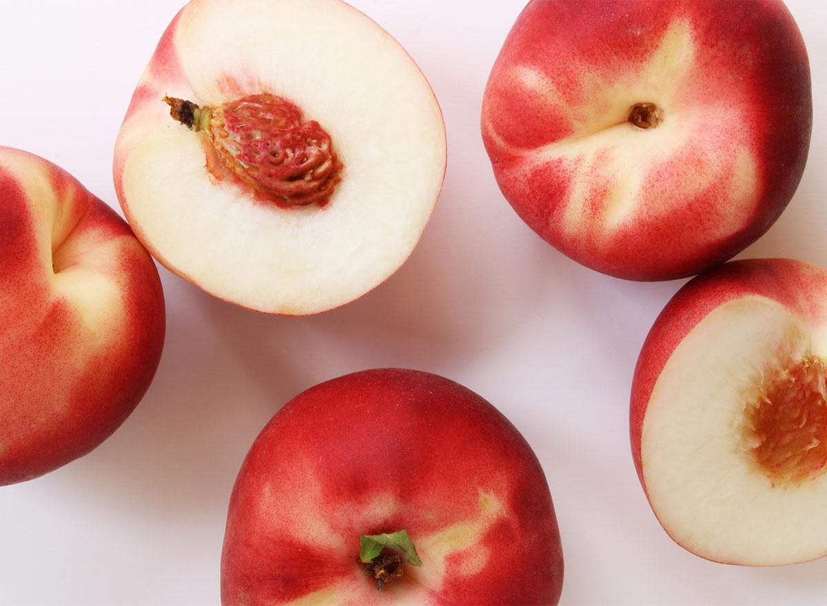 cut peaches with white flesh