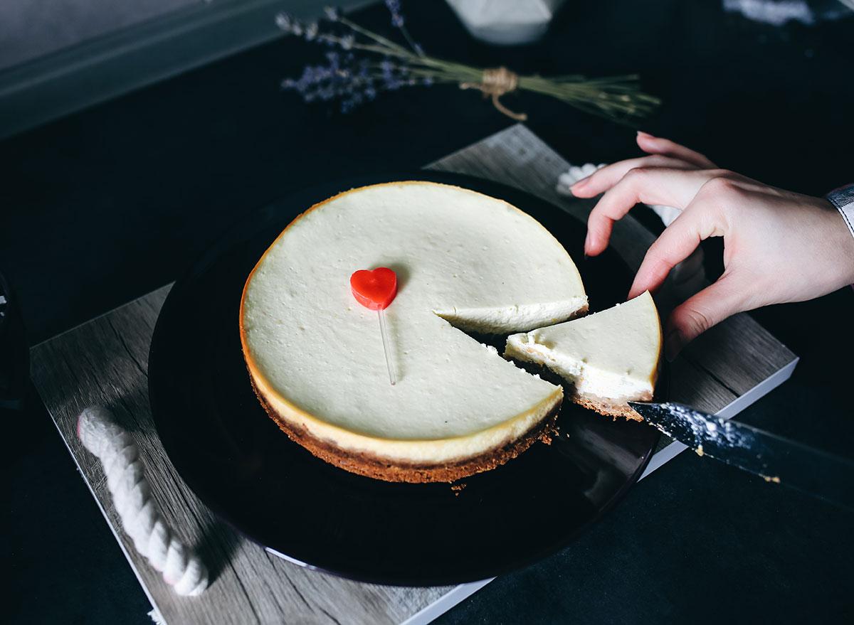 cutting cheesecake