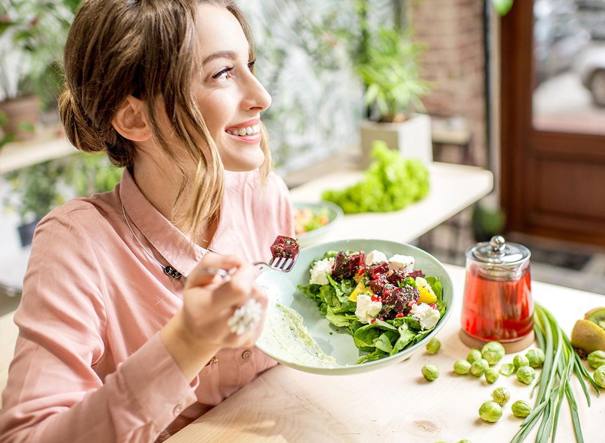 femme heureuse mangeant un repas sain