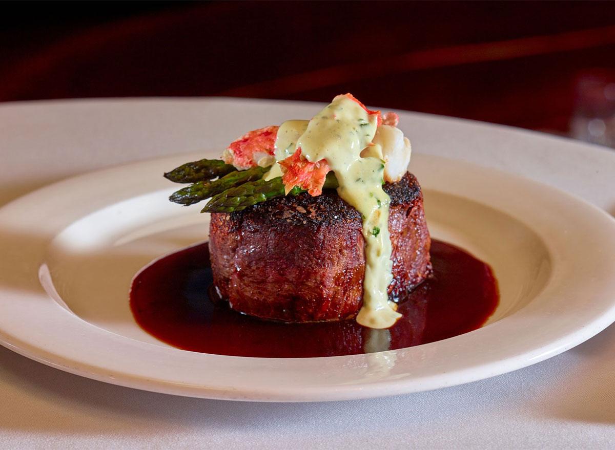 steak with asparagus and hollandaise sauce