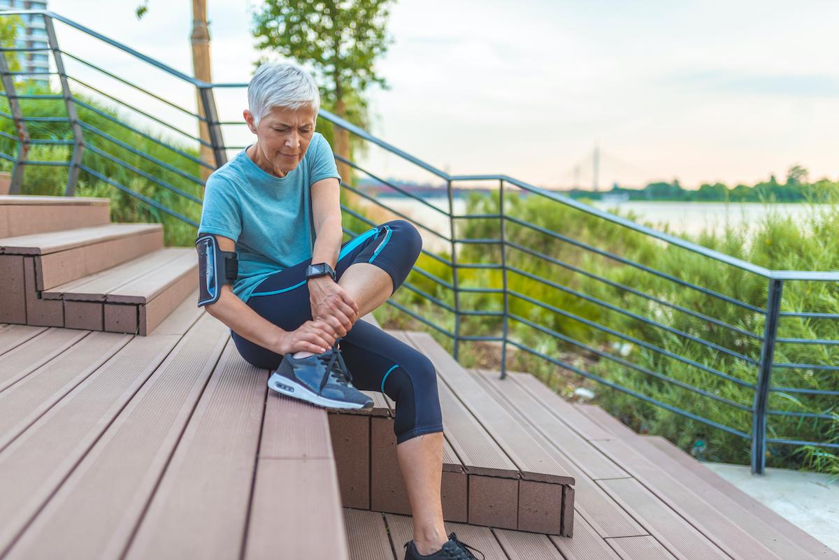 woman feeling leg pain while running