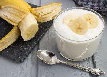 yogurt with banana slices