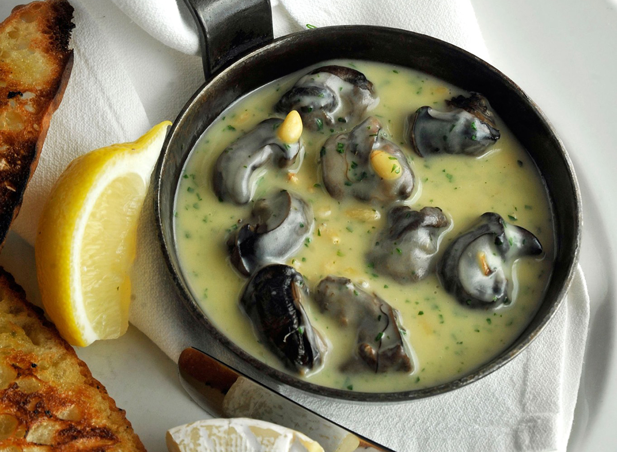 mussels in butter with lemon wedges