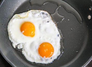 frying fried eggs nonstick pan oil