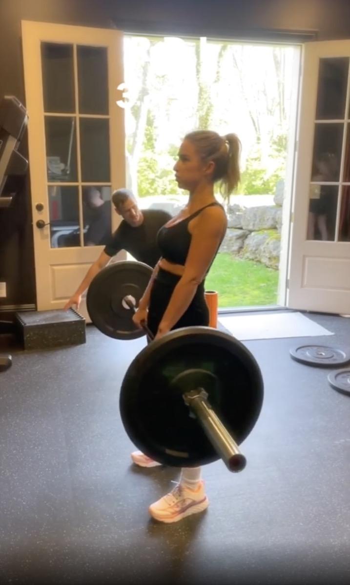 jessie james decker lifting weight barbell