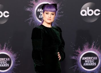 kelly osbourne with purple hair on red carpet
