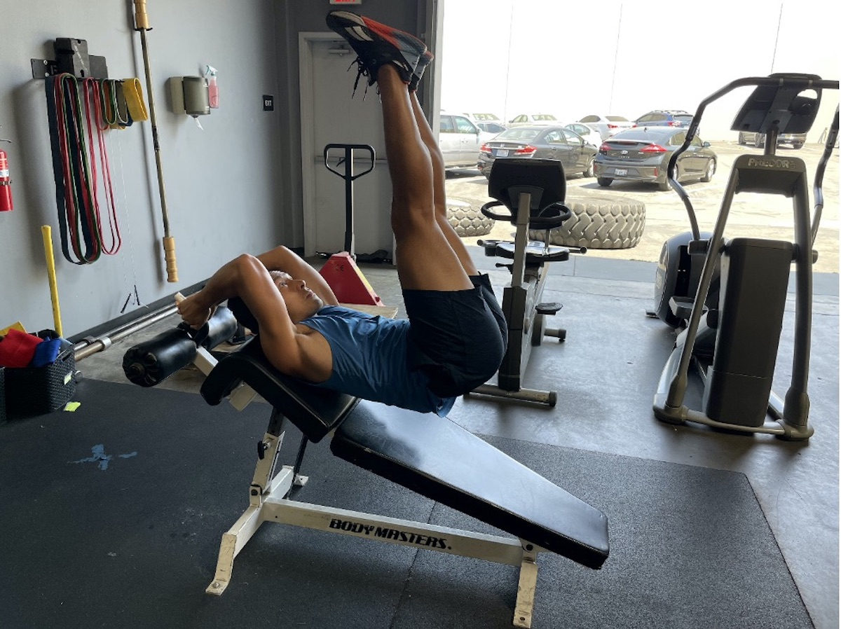 2 decline bench leg raise