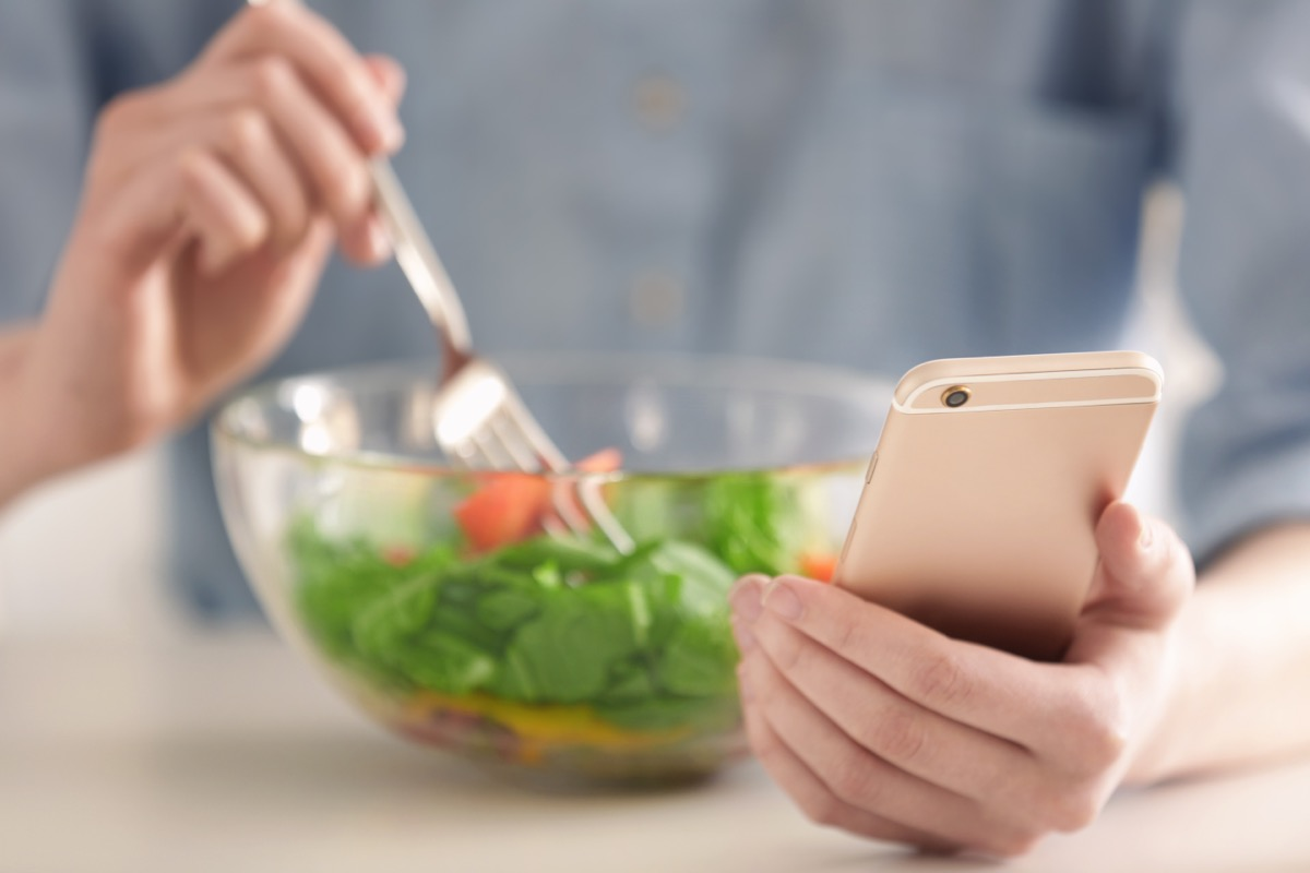 woman counting calories with diet app