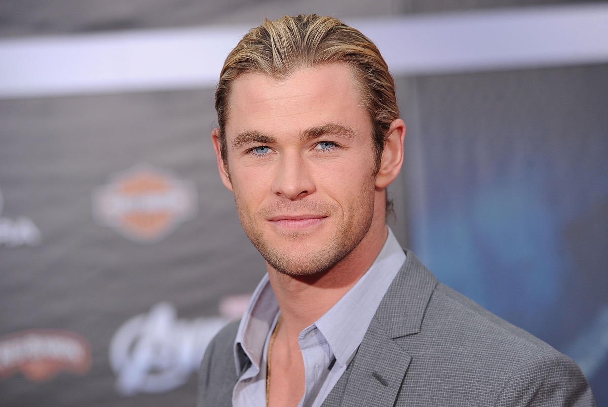 chris hemsworth with blonde hair and ponytail