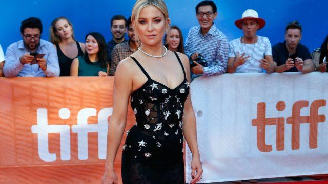 kate hudson in black dress on red carpet