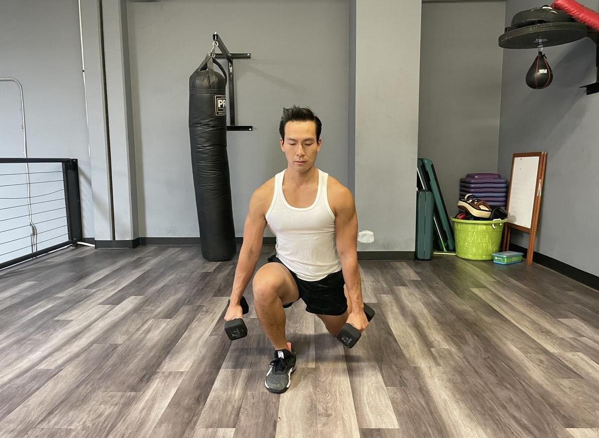 how to do a dumbbell walking lunge