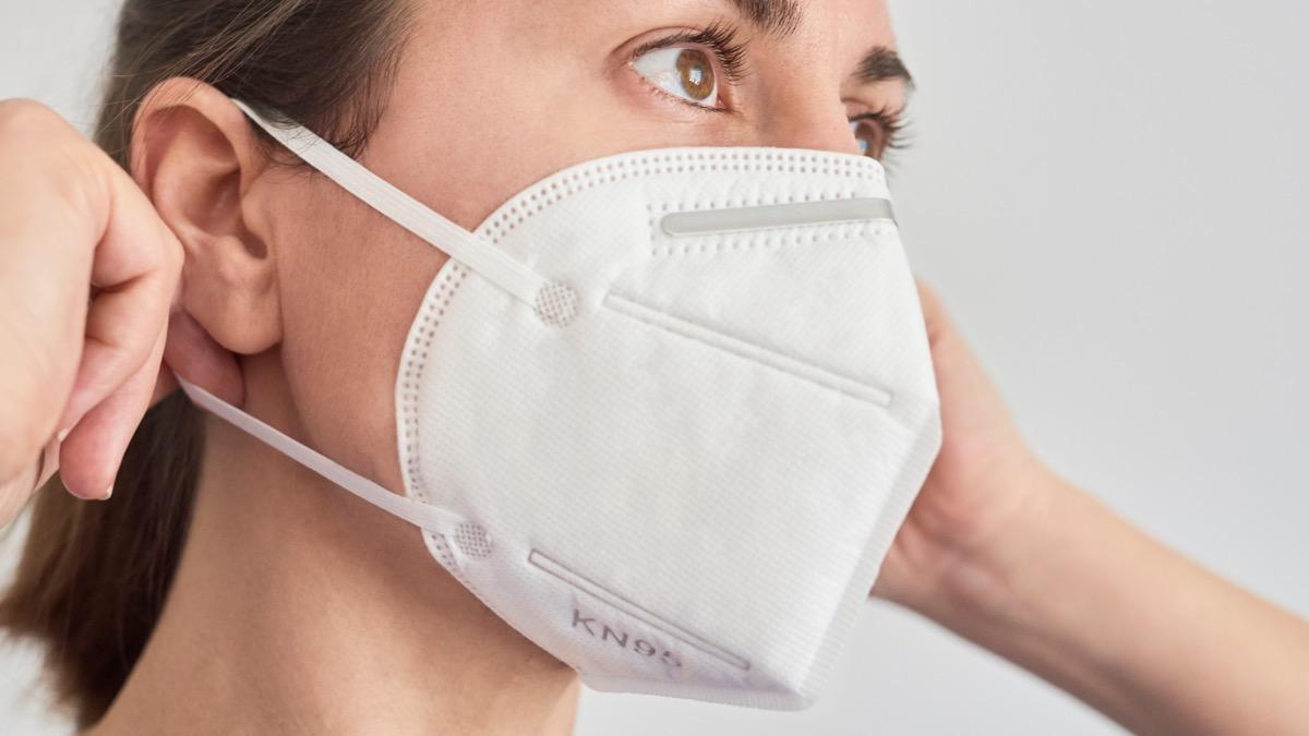 Brunette woman wearing a KN95 FPP2 mask.