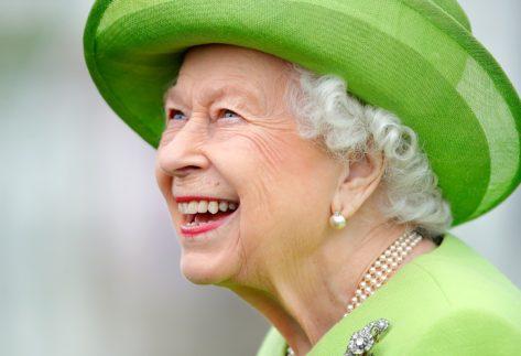 queen elizabeth smiling in green hat