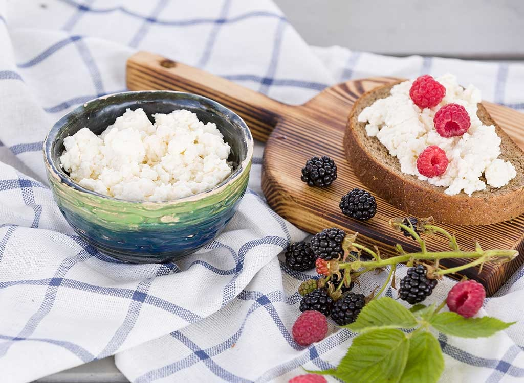 Cottage cheese with berries - foods for energy
