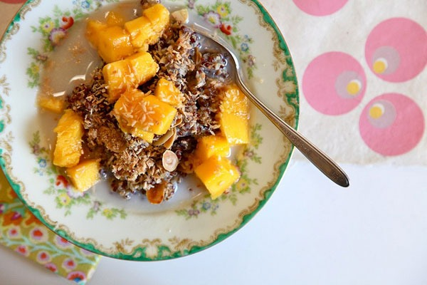 BREAKFAST QUINOA WITH TOASTED COCONUT ALMONDS AND FRESH MANGO