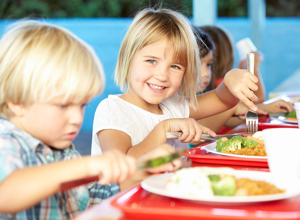 kids eating school lunche