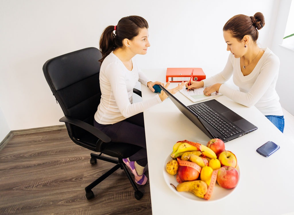 Woman talking to a nutritionist