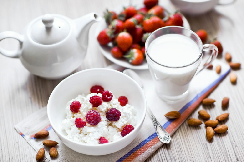 Cottage cheese berries almonds